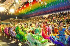 """Festas Juninas Festividades multicultural, de cariz vincadamente popular, em pequenas cidades do norte e nordeste do Brasil. Um arraial ao ar livre, roupas """"caipiras"""" (saloias) e sons tradicionais são ingredientes indispensáveis das festas juninas (outrora designadas por joaninas, de São João) em localidades como Santo António de Jesus, Amargosa, Cruz das Almas, Piritiba e Senhor do Bonfim na Bahia, Aracaju em Sergipe; Caruaru em Pernambuco, Mossoró no Rio Grande do Norte, Paraíba ou no…"""