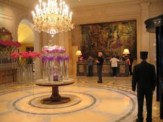 Four Seasons George V. Flowers by Jeff Leatham. Stayed here when Phillippe Legendre was chef at Le Cinq. Best Hotel Deals, Best Hotels, Hotel Four Seasons, A Day In Paris, Jeff Leatham, Madrid Hotels, Palace Hotel, Great Vacations, Luxury Travel