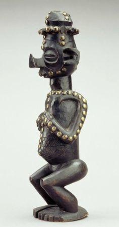 Africa | Statuette from the Uaka people of Kwango, Bandundu, DR Congo | Wood, brass | ca. 1937 or earlier