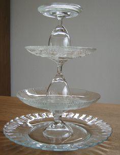 Etagere van kringloop-glaswerk en superlijm. Zelf al eens van borden,mokken en schotels gemaakt, maar van glas ook erg mooi !