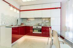Modern konyhaberendezés étkezővel 13m2-en minimál stílusban, piros-fehérben