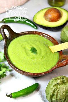 Creamy avocado salsa, this is teh perfect salsa for Carnitas tacos or Al Pastor Tacos. Salsa de aguacate cremosa