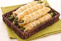 Gli asparagi in sfoglia con crudo sono degli sfiziosissimi antipasti saporiti preparati con gli asparagi, prociutto crudo e grana per un risultato ricco di contrasti deliziosi!