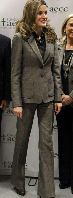 Princesa Letizia: apuesta por el rojo en un acto de la AECC, con un bonito abrigo rojo estilo batín cruzado, colocado sobre un traje gris oscuro combinado con una sencilla blusa negra y un bonito bolso de mano. 14/11/2012