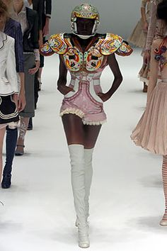 Alexander McQueen - Spring 2005 Ready-to-Wear - Look 33 of 37