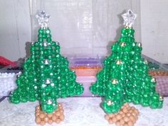 Pinheirinho pequeno produzido com bolinhas plásticas 4 mm, fio de nylon. Pinheirinho grande produzido com contas acrílicas 6 mm, fio de nylon. PREÇO POR UNIDADE Beaded Snoopy, Christmas Balls, Christmas Ornaments, Beaded Crafts, Earring Tutorial, Xmas Tree, Rosettes, Origami, Objects