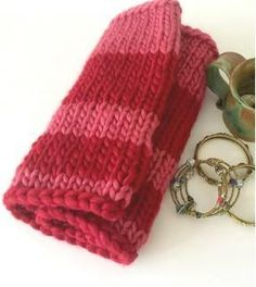 This beautiful Knit Lipstick Cowl is one of our favorite striped cowl patterns. It is quite easy to work up and you& absolutely love the pattern! Loom Patterns, Knitting Patterns, Crochet Patterns, Scarf Patterns, Knit Cowl, Knit Crochet, Knitting Projects, Knitting Tutorials, Knitting Accessories
