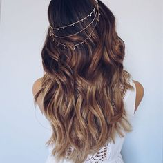 Ashley Marie's tops her gorgeous loose curls with a dainty head chain!! #hairgoals She used NuMe's 32mm wand to achieve these swoon-worthy waves!