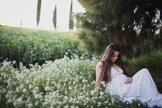 esión de fotos de embarazo en el campo en exterior en primavera en barcelona (12)