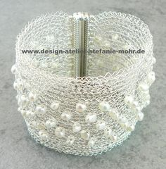 STRICK-ARMBAND  Hand gestrickt, mit versilbertem, anlaufgeschütztem Kupferdraht und kleinen, weißen Süßwasser-Perlen.  Breite: ca. 4 cm Länge: 19 cm / wire crochet bacelet with freshwater pearls