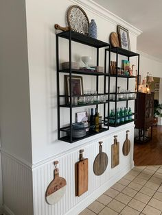 Dining Room Shelves, Kitchen Shelves, Kitchen Decor, Open Kitchen And Living Room, Kitchen Keeping Room, Küchen Design, House Design, Apartment Living, Home Kitchens