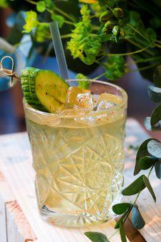 Du Thé du Hammam avec de la Chartreuse verte ? Suivez la recette pas à pas de ce cocktail épicé et savoureux et surprenez vos convives, vos amis lors d'un apéro au soleil ! #recette #apéro #alcool #cocktail #chartreuse #thé #Gourmandiz Chartreuse Verte, Liqueur, Cocktails, Drinks, Moscow Mule Mugs, Tableware, Chicken Flatbread, Steam Room, Alcohol