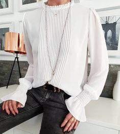 Copiez ce look avec une blouse plissée blanche rétro chic
