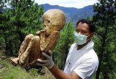 Uma equipe de antropólogos encontraram um enterro misterioso na selva perto da cidade de Kigali Ruanda (África Central). Os restos pertenc...