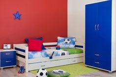 Whitewash kinderbed met blauwe kleurpanelen. Gemakkelijk te combineren met allerlei kleuren en thema's #jongenskamer