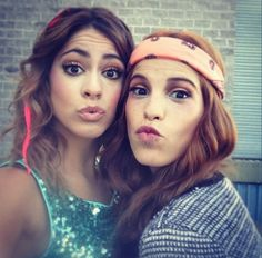 Violetta y camila Violetta And Leon, Violetta Live, Disney Channel Shows, Disney Shows, Bff, Netflix Kids, Friend Tumblr, Popular People, Sweet Kisses