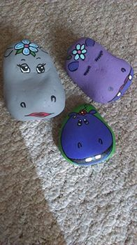 Painted rocks have become one of the most addictive crafts for kids and adults! Want to start painting rocks? Lets Check out these 50 best painted rock ideas below. Rock Painting Patterns, Rock Painting Ideas Easy, Rock Painting Designs, Paint Designs, Rock Painting Kids, Children Painting, Pebble Painting, Pebble Art, Stone Painting