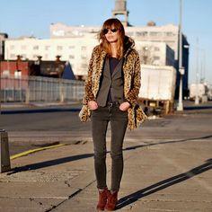 Look de moda: Abrigo de Piel de Leopardo Marrón, Blazer Gris Oscuro, Camiseta de Manga Larga Morado Oscuro, Vaqueros Pitillo Gris Oscuro