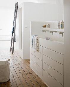 badkamermeubel - bijkeuken - ladenkast - wastafel achter muurtje