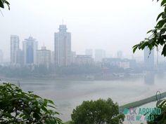Aussicht auf die Stadt Leshan in Smog, China