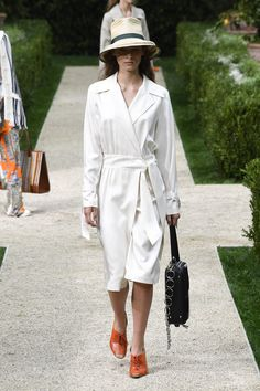 Tory Burch Spring 2019 Ready-to-Wear Fashion Show Collection: See the complete Tory Burch Spring 2019 Ready-to-Wear collection. Look 16 Curvy Women Fashion, Womens Fashion For Work, White Fashion, Tory Burch, Classy Casual, Casual Chic Style, Spring Summer Fashion, Autumn Fashion, Spring Hats