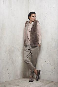 Guarda la sfilata di moda Peserico a Milano e scopri la collezione di abiti e accessori per la stagione Pre-Collezioni Autunno-Inverno 2017-18.
