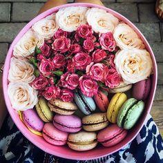 So sweet and gorgeous! Друзья, вы читаете мои посты? Для вас стараюсь ведь я теперь буду тут писать кратко, сохранив только самую важную информацию для вас! #flowers #macaroons #boxes #love #gorgeous #blog