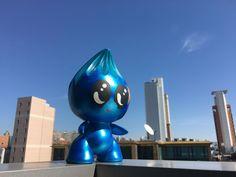 Blue Little Pea and blue Hongkong sky (c) Little Pea by Oda Schultz #Art #LittlePea #Comic #Figure #OdaSchultz