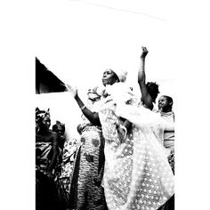 Ritmo vibrante. Gruppo di donne nigeriane in festa. Dei ritratti, del reportage dell'agenzia DFP di Dani Maria Turriccia, si può ammirare la bellezza superficiale, ma per cogliere a fondo il valore bisogna soffermarsi su ogni singolo elemento: i vestiti dalle decorazioni elaborate, la varietà dei gioielli. Nigeria, 1975.