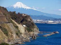 静岡市と焼津市の境に位置する、駿河湾沿いの全長約4kmある急崖の豪快な海岸。地名は崩落が多いことに由来します。 一...