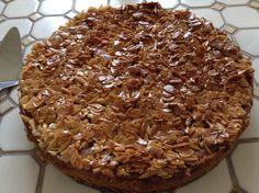 florentiner Apfelkuchen mit leckerer knuspriger Mandel Honig Kruste , viele Äpfel