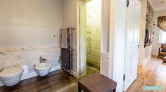 Łazienka przy sypialni. Naturalny marmur i klasyczna linia ceramiki łazienkowej. #interior #bathroom