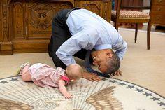 Obama gateando con Ella Rhodes.