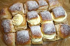 Fluffiga semlor i långpanna - Victorias provkök - Best Pins swedish Fika, Semlor, Cookie Desserts, Cake Cookies, Foodies, French Toast, Good Food, Food And Drink, Favorite Recipes