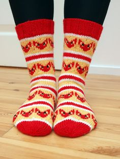 Kettusukat taisivat sulattaa muutaman sydämen, joten tein toisetkin sellaiset. Tai oikeastaan näitä on listalla kahdet. Tällä kertaa kutom... Yarn Thread, Knitting Socks, Knit Crochet, Ketut, Handmade, Crafts, Foxes, Knits, Crocheting