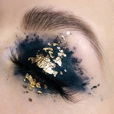 """6,286 Me gusta, 53 comentarios - P A L E   C A N V A S (@palecanvas) en Instagram: """"27/100 - Undead II  #100daysofmakeupchallenge I had to post another one  Gold flakes are ever…"""""""