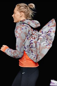 The Nike Shield Flash Max Jacket blocks out the chill to make your winter runs a breeze.