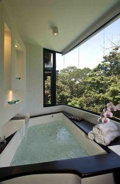 Grosse Badewanne mit Ausblick