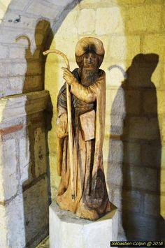 La cathédrale Saint-Front est une cathédrale catholique romaine, siège du diocèse de Périgueux et Sarlat. Située dans le centre-ville de Périgueux, elle est classée monument historique depuis 1840 et au Patrimoine mondial en 1998, au titre des chemins de Saint-Jacques-de-Compostelle en France.  Remontant dans ses premiers jours aux ive et ve siècles, l'édifice fut d'abord une église, puis une abbaye avant de prendre le titre de cathédrale au xvie siècle, à la suite du sac par les Huguenots…