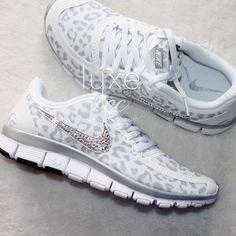 NIKE run free shoes w/Swarovski Crystals Cheetah White/Wolf Grey/Metallic Silver Nike Tennisschuhe, Nike Run, Crazy Shoes, Me Too Shoes, Swarovski Outlet, Jordan 4 Black, Nike Mode, Nike Headbands, Nike Tennis Shoes