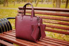 Te invitam sa descoperi modelele din colectia de genti dama din piele naturala fabricate in Italia, atent lucrate, cu grija pentru fiecare detaliu. Leather Backpack, Kate Spade, Backpacks, Casual, Bags, Italy, Purses, Leather Book Bag, Leather Backpacks