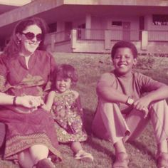 Barack Obama rides a tricycle during his childhood in Hawaii! Photo of Maya Soetoro-Ng, Barack Obama Sr. with his son in Honolulu, Lolo Soetoro. Michelle Obama, First Black President, Mr President, Black Presidents, American Presidents, American History, Joe Biden, Durham, Barack Obama Family