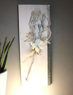 WD111 – Edle Wanddeko! Holzbrett weiß gebeizt, dekoriert mit natürlichen Materialien, einem Metallband und einer künstlichen Magnolienblüte! Preis 59,90€ Größe 30x80cm