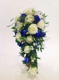 Brautstrauß blau/weiß mit Rosen, Bouvardia und Ruscus
