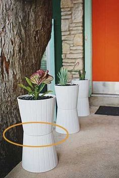 Ikea Hack Two planters glued together ideia para as floreiras. I have done this with plant pots before! Need to remember. Ikea Planters, Planter Pots, Tall Planters, Planter Ideas, Garden Planters, Plastic Planters, Plastic Bins, Modern Planters, Diy Jardin