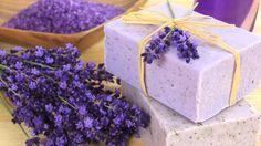 Lavendelseife können Sie selbst herstellen anstatt sie zu kaufen. Mit diesem Rezept, guter Vorbereitung, Geduld und Sorgfalt gelingt die selbstgemachte Seife.