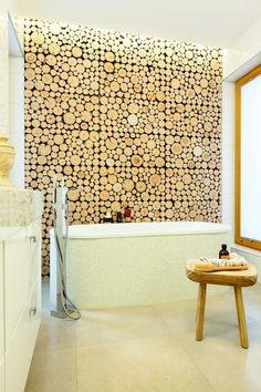 Łazienka z dekoracyjna ścianą