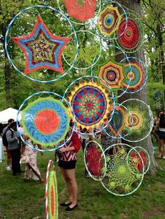 No Cost weaving art hula hoop Thoughts All over the walls. Big hula hoops… Latest No Cost weaving art hula hoop Thoughts All over the walls. Hula Hoop Weaving, Weaving Art, Hula Hoop Rug, Guerilla Knitting, Deco Nature, Ideias Diy, Arts And Crafts, Diy Crafts, Collaborative Art