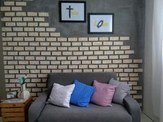 Minha parede lindaa, feita com tijolos fake(isopor) hahaha isso mesmo, fiz esses tijolos com isopor e dei esse acabamento destroyed nele, pintei com tinta esmalte pq ela corrói o isopor e fica super real. Do lado fiz uma meia parede de cimento queimado. Eu estou apaixonada pela minha parede. ❤