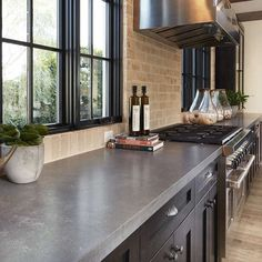 6 ideas for choosing or relooking your kitchen credenza - My Romodel Gray Kitchen Countertops, Gray Quartz Countertops, Quartz Slab, Kitchen Soffit, Formica Countertops, Grey Kitchen Designs, Outdoor Kitchen Design, Updated Kitchen, New Kitchen